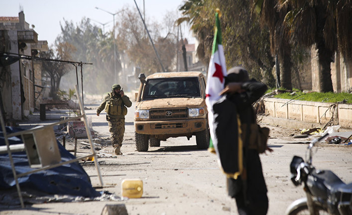 Поддерживаемые Турцией сирийские повстанцы в городе Саракеб в провинции Идлиб, Сирия