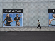 Мужчина идет мимо магазина Louis Vuitton в Ухане, Китай