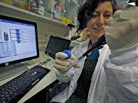 Израильский ученый работает в лаборатории исследовательского института Мигаль