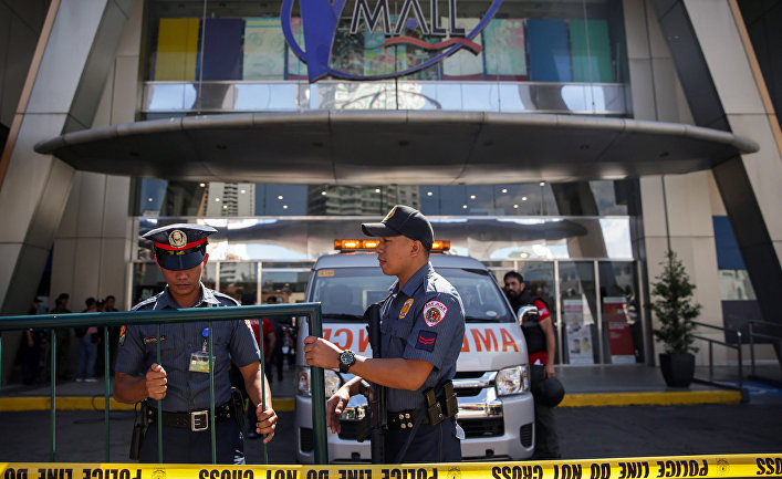 Полицейские у оцепленного торгового центра, Сан-Хуан, Филиппины