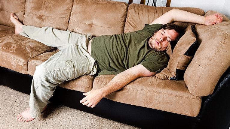 Остается без трусиков дома у дивана