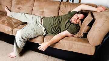 Мужчина на диване