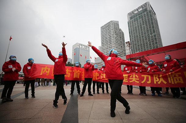 Медицинский персонал празднует выписку больных коронавирусом COVID-19 в Ухане, Китай
