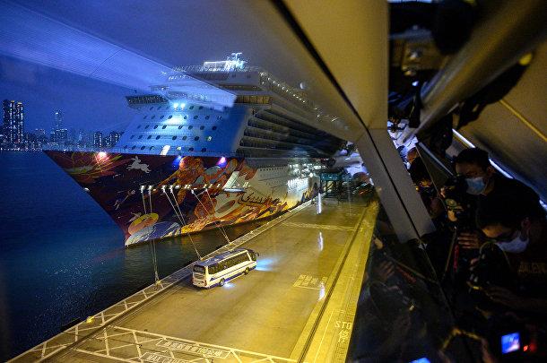 Пассажиры круизного лайнера World Dream покидают судно после снятия карантина в терминале Гонконга