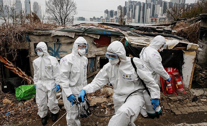 Южнокорейские солдаты в защитных костюмах дезинфицируют лачуги в Сеуле, Южная Корея