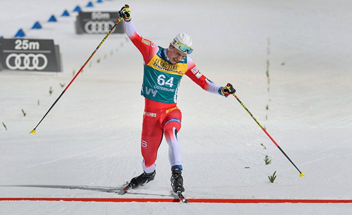 15 февраля 2020. Симен Хегстад Крюгер на финише гонки на 15 км в Эстерсунде, Швеция