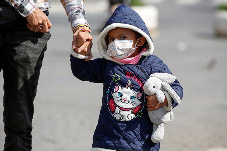 Ребенок в защитной маске в Риме