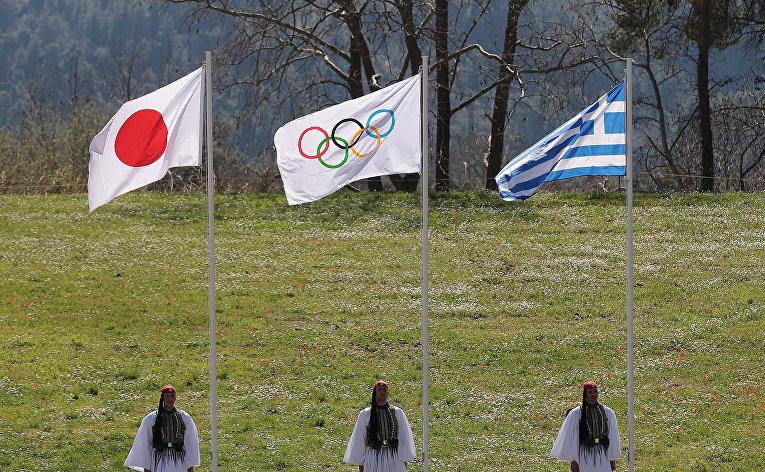 Флаг Японии, олимпийский флаг и флаг Греции во время цермонии