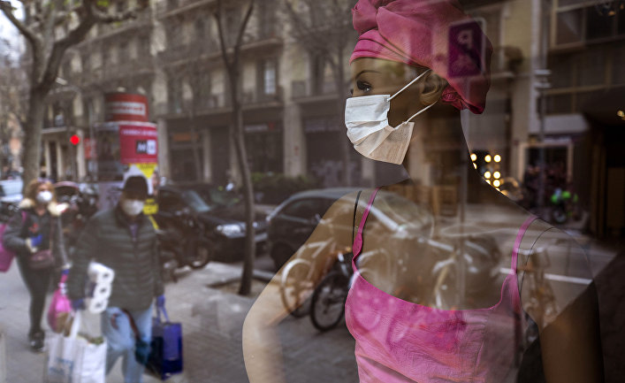 Прохожие в масках в центре Барселоны