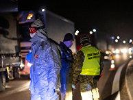 Сотрудники МЧС и польской пограничной полиции на польско-литовской границе
