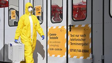 Медицинский работник в центре тестирования на коронавирус в Людвигсбурге, Германия