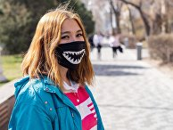 Девушка в маске на улице Алма-Аты.