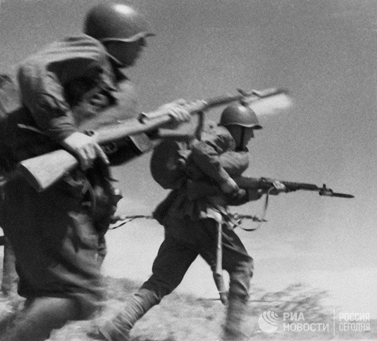 Солдаты Красной Армии идут в атаку