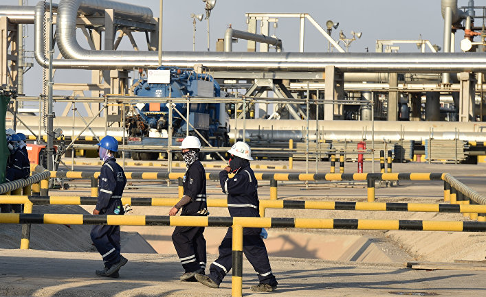 Сотрудники нефтяной компании Aramco на нефтеперерабатывающем заводе Abqaiq в Саудовской Аравии
