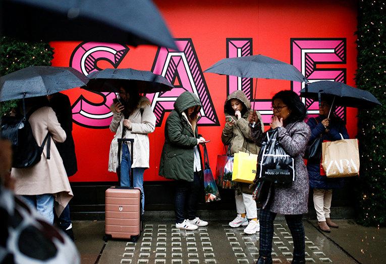 Посетители торгового центра в Лондоне