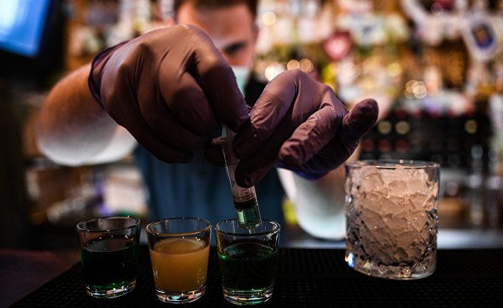 """Бармен готовит коктейль """"Короновирус"""" в баре """"Разведка"""" в Москве"""