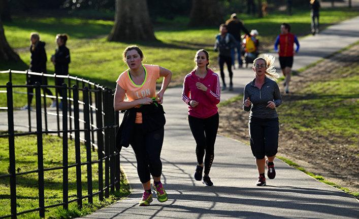 Люди в парке в Лондоне, Великобритания.