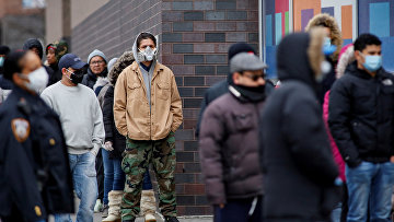 Люди стоят в очереди, чтобы пройти тестирование на коронавирус в Нью-Йорке, США