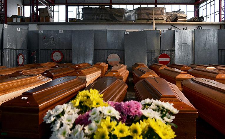 Гробы на складе в Понте-Сан-Пьетро, недалеко от Бергамо, Ломбардия, Италия