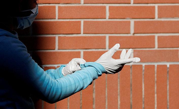 Девушка надевает защитные перчатки на улице Рима, Италия