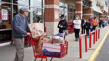 Покупатели в одном из магазинов штата Вирджиния, США