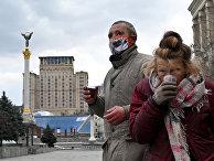 Бездомные пьют бесплатный чай в Киеве