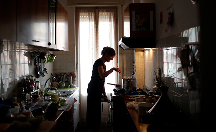 Женщина на кухне готовит еду, Рим, Италия
