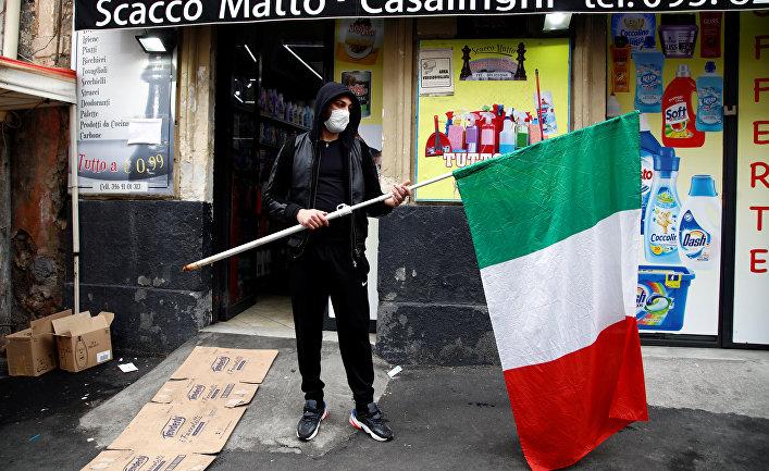 Мужчина в маске и с флагом Италии, Катания, Италия