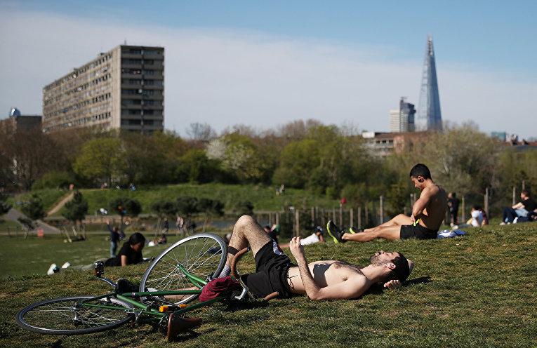 Отдыхающие в Берджес-парке в Лондоне, Великобритания