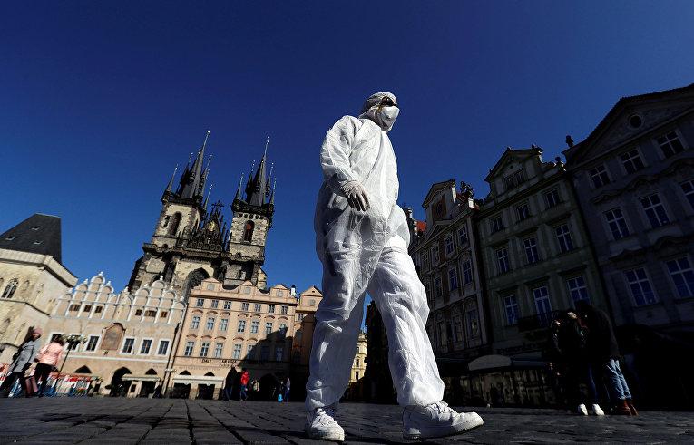 Мужчина в защитном костюме в Праге, Чехия