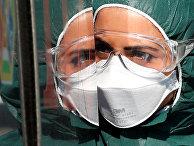 Медицинский работник в защитном костюме в больнице в Риме