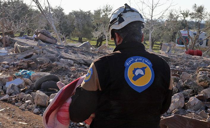 """Активист из организации """"Белые каски"""" в городе Маарет-Мисрин после авиаударов в провинции Идлиб, Сирия"""