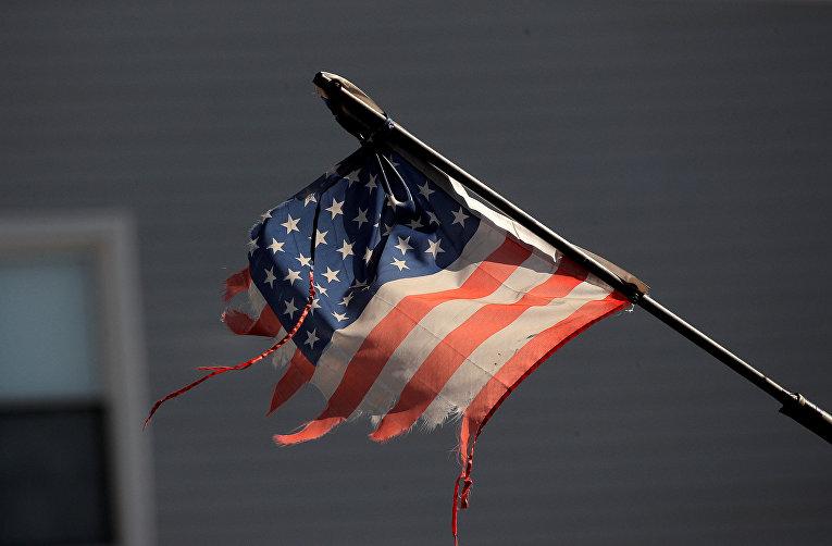 Потрепанный американский флаг в Нью-Йорке, США
