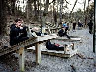 Молодые люди упражняются в парке, Стокгольм, Швеция