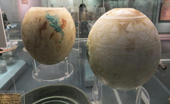 Украшенные страусиные яйца из гробницы Исиды в Британском музее