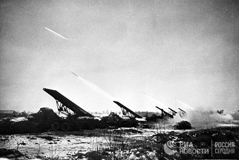 """Восточно-Прусская операция (с 13 января по 25 апреля 1945 года).  Реактивные установки залпового огня (""""Катюши"""") наносят удар по позициям противника"""