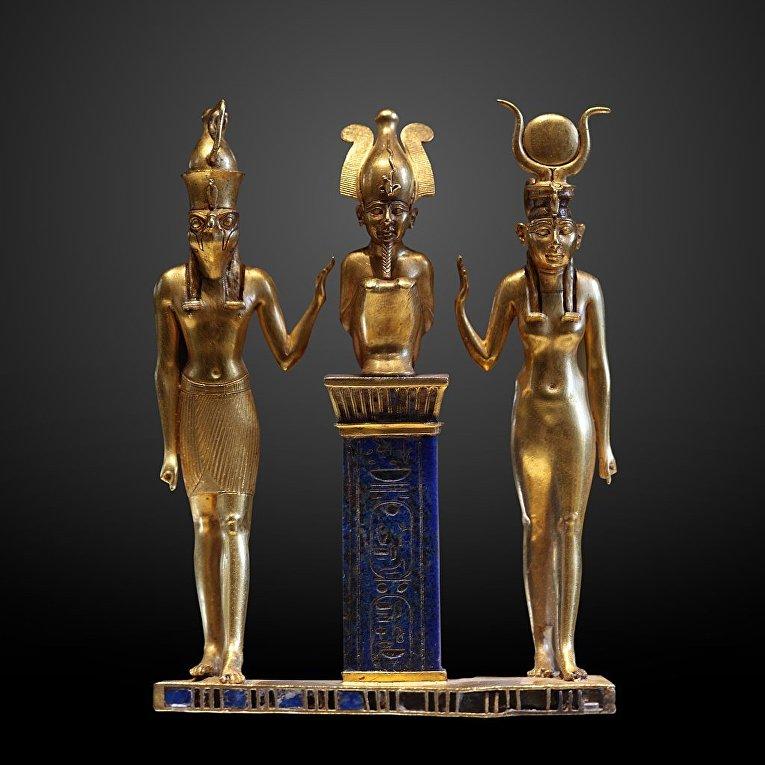 Амулет Осоркона II: Гор (слева), Осирис и Исида, 874—850 годы до н. э. (XXII династия). Лувр