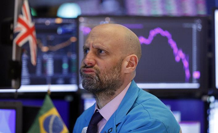 Специалист Мерик Гринбаум следит за ценами на нефть на Нью-Йоркской бирже