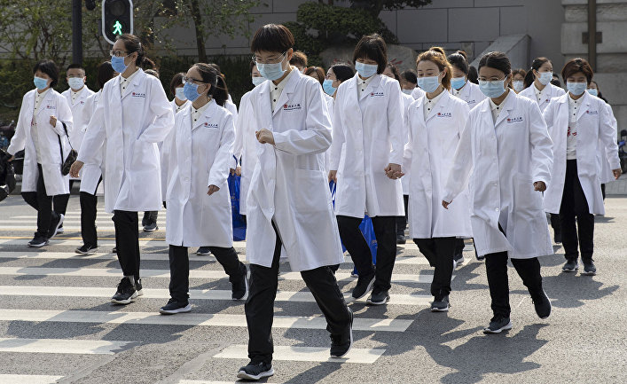 Медики из Пекина на одной из улиц в Ухане