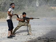 Ливийские бойцы во время столкновений с силами Халифы Хафтара в пригороде Триполи