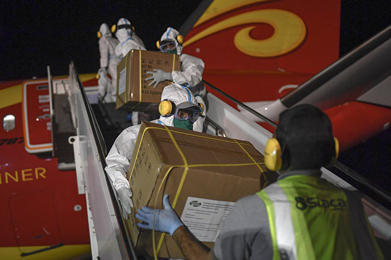 Венесуэльские рабочие выгружают гуманитарную помощь из Китая в Ла-Гуайре