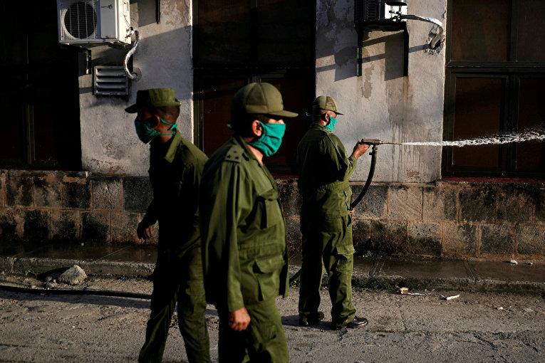 Солдаты кубинской армии проводят дезинфекцию в Гаване, Куба
