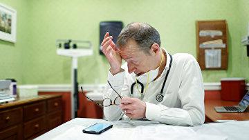 Доктор Грег Гулбрансен принимает пациентов с COVID-19 в штате Нью-Йорк