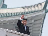 Глава КНДР Ким Чен Ын во время военного парада, приуроченного к 105-й годовщине со дня рождения основателя северокорейского государства Ким Ир Сена, в Пхеньяне