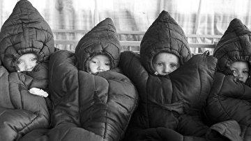 Воспитанники детского сада Ивановского камвольного комбината им. В. И. Ленина спят на веранде