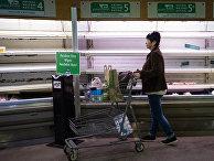 Покупатель в магазине в Бетесде, штат Мэриленд, США