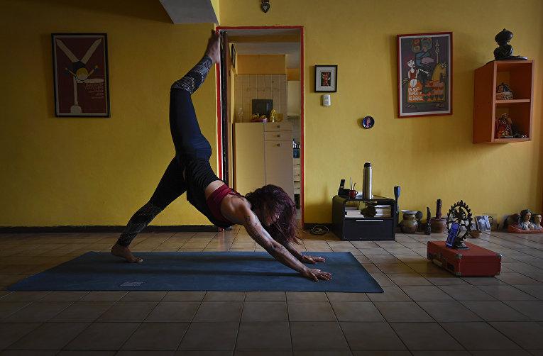 21 апреля 2020. Инструктор дает урок йоги онлайн из дома