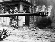 Советские танки продвигаются к центру Берлина. Май 1945 года.
