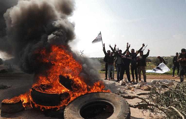 Участники акции протеста в провинции Идлиб, Сирия