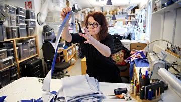 9 апреля 2020. Театральный костюмер Гудрун Руснес на производстве защитной экипировки для медработников, Стокгольм, Швеция